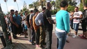 De oorlogsvluchtelingen ontvangen humanitaire hulp - brood Meer dan half zijn migranten van Syrië stock footage
