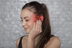 De oorpijn veroorzaakt ongemak in hoorzitting royalty-vrije stock foto
