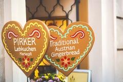 De Oostenrijkse inschrijving van peperkoekharten op een hart vormde decoratie in het centrum van Wenen, Oostenrijk royalty-vrije stock foto's