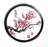 De oosterse boom die van de sakurakers in zwarte enso tot bloei komen zen omcirkelt op witte achtergrond Bevat hiërogliefen - zen royalty-vrije illustratie