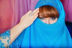 De oosterse schoonheid verbergt haar gezicht royalty-vrije stock foto's