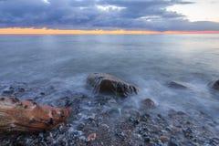 De Oostzee van de aardkust met dramatische achtergrond stock foto's