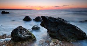 De op zee kust van de zonsopgang Stock Foto's