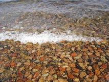 De op zee kust van kiezelstenen Stock Fotografie