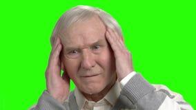 De opa maakte een fout en betreurt stock videobeelden