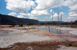 De opalen Pool hete lente in het Zwarte Bassin van de Zandgeiser in het Nationale Park van Yellowstone in Wyoming de V.S. Stock Afbeeldingen