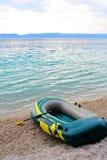De opblaasbare blauwe boot met vent royalty-vrije stock foto's