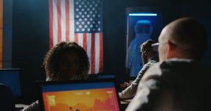 De opdrachttechnici die van Mars bij hun bureau werken stock videobeelden