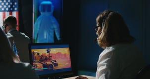De opdrachttechnici die van Mars bij hun bureau werken stock video