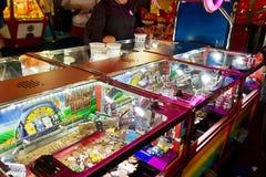 De opdringersspel van de stuiver in een spelenarcade Stock Foto