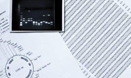 De opeenvolging van DNA, elektroforesefoto en beperkt stock fotografie