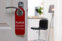 De open deur met teken GELIEVE TE STOREN niet op handvat bij hotel royalty-vrije stock afbeeldingen