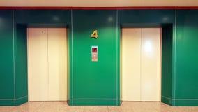 De open en gesloten de het bureaubouw van het chroommetaal realistische foto van liftdeuren De vloer van het liftvervoer aan vloe stock afbeelding