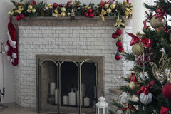 De open haard en de Kerstboom met stellen in woonkamer voor Stock Foto's