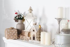 De open haardmantel is verfraaid voor Kerstmis met slinger, lichten, een boog en andere decoratie royalty-vrije stock fotografie