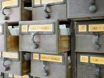 De open houten vakjes met systeemkaarten in bibliotheek, Markeringsinhoud is `-KINDEREN ` stock afbeelding