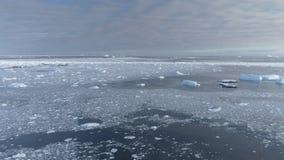 De open ijsberg van de watergletsjer boven de mening van de snelheidsvlucht stock footage