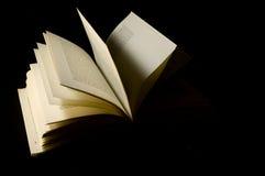 De open isolatie van het Boek met zwarte achtergrond Stock Afbeelding