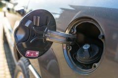 De open klep van de brandstofvuller met de woorddiesel SLECHTS, de benzine GLB is gesloten royalty-vrije stock afbeeldingen