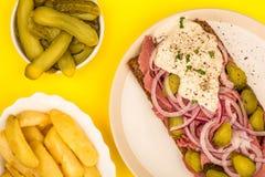 De Open Onder ogen gezien Sandwich van het braadstukrundvlees met Gesneden Uienaugurken en H Stock Foto's