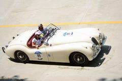 1954 de Open tweepersoonsauto van Jaguar XK 120 OTS in Mille Miglia Stock Foto