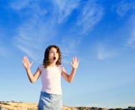 De open wapens van het meisje openlucht onder blauwe hemel Stock Foto