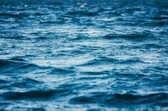 In de open zee Golven in het donkere water Royalty-vrije Stock Foto's