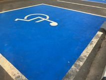 De openlucht blauwe vlek van het Handicapparkeren Stock Afbeelding