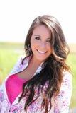 De openlucht portret jonge het glimlachen roze bovenkant van het tienermeisje Royalty-vrije Stock Foto