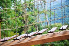 De openluchtactiviteiten van het oefeningsavontuur, bereidende houten de ladderbrug van de verkennerspromenade in het midden van  royalty-vrije stock foto