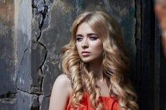 De openluchtfoto van de manier mooie jonge vrouw dichtbij de oude HOEVEzomer De blonden van het portretmeisje in rode kleding Stock Fotografie
