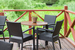 De openluchtlijst van de terraskoffie met drie stoelen royalty-vrije stock foto