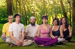 De openluchtmeditatie van Yogamensen stock afbeeldingen