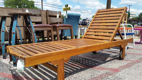 De openluchtstoel van het Terrasgazon klaar voor de zomerontspanning Stock Afbeelding