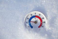 De openluchtthermometer in sneeuw toont minus 26 Celsius-graad extrem royalty-vrije stock foto's