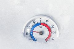De openluchtthermometer in sneeuw toont minus 25 Celsius-graad extrem Royalty-vrije Stock Foto's