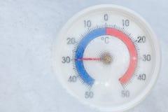 De openluchtthermometer in sneeuw toont minus 30 Celsius-graad extrem Stock Afbeeldingen