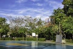 De openluchtvloer die van het basketbalhof vlotte en geschilderde goed bescherming in het park oppoetsen royalty-vrije stock fotografie