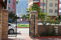 De openwork gesmede poort in de stadswerf Stock Fotografie