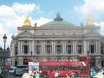 De Operahuis van Parijs met reisbus vooraan Royalty-vrije Stock Afbeelding