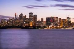 De operahuis van Sydney en Centraal Bedrijfsdistrict van Sydney bij Ni Stock Afbeelding