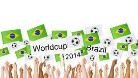 De opgeheven Braziliaanse Vlag van de Wapensholding voor Wereldbeker Stock Foto