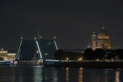 De opgeheven brug van het Paleis in St. - Petersburg Royalty-vrije Stock Afbeeldingen