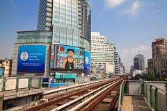 De opgeheven sporen van BTS Skytrain in Asoke-district Stock Afbeeldingen