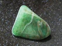 de opgepoetste groene steen van de aventurinegem op dark Stock Foto's