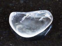 de opgepoetste halfedelsteen van het rotskristal op donkere achtergrond Royalty-vrije Stock Afbeelding