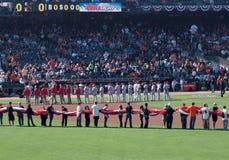 De opgerolde vlag van mensen greep klaar te ontrafelen Stock Fotografie
