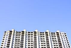 De opgeschorte bouw en duidelijke blauwe hemel Royalty-vrije Stock Foto's