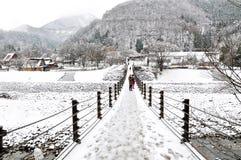 De opgeschorte brugingang van Shirakawago in de winter, Japan stock fotografie