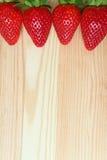 De opgestelde Trillende Vruchten van de Rode Kleuren Verse Rijpe die Aardbei op Houten Lijst, Verticale Foto met Vrije Ruimte voo Stock Afbeeldingen